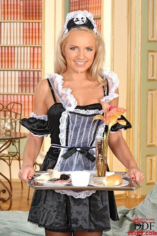 丝袜女仆把主人侍候的真舒服