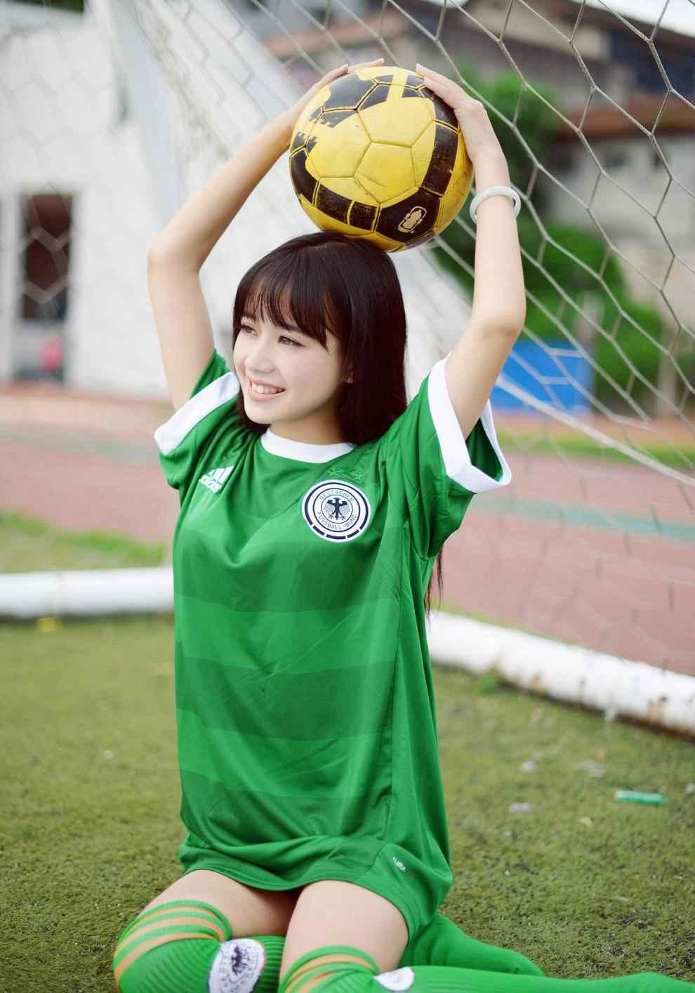 清纯丸子头女孩足球宝贝