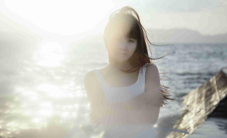 韩国美女抹胸秀香肩