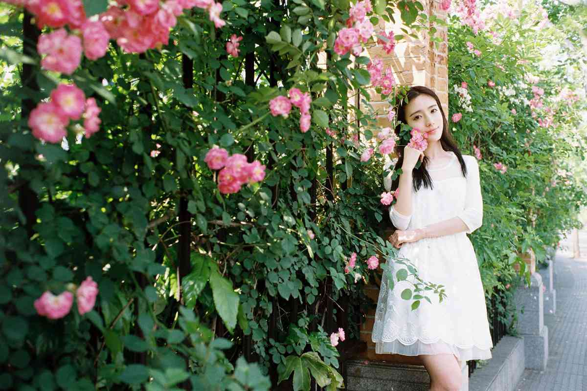 酷似杨颖的大眼白裙美女