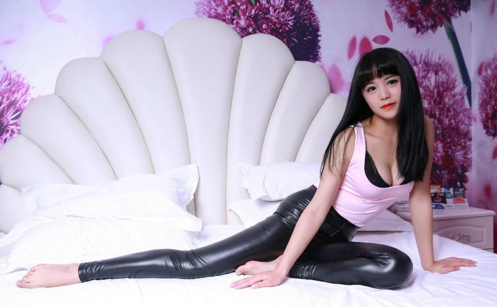 性感乳沟紧身皮裤高跟美女居家写真